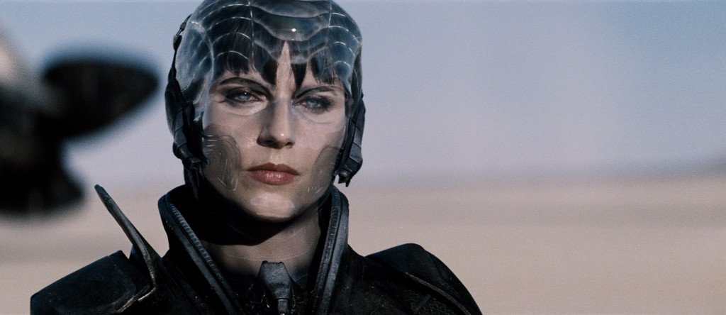Não citei Faora no review porque ela não tem relevância para a trama, mas ela desce a porrada... Clark seu sortudo queria apanhar de uma mulher dessa também!!!